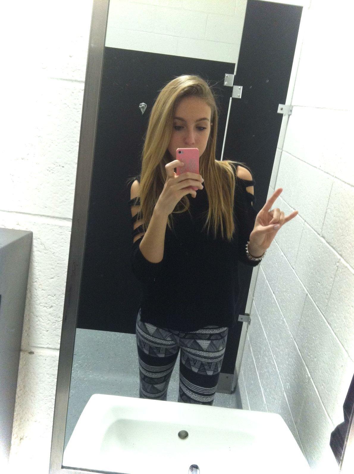 Фото девок в туалете 9 фотография